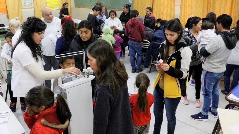 La escuela Navarro se llenó de vecinos de El Encón y zonas aledañas para recibir atención médica. Fotos: Facundo Quiroga
