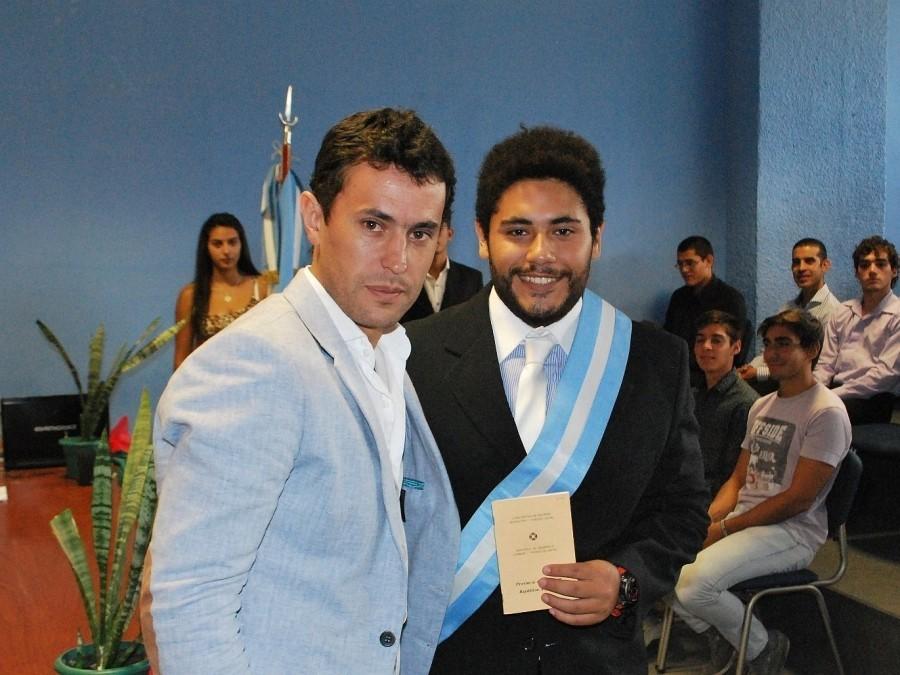 Jorge Chica con el abanderado Luciano Otarola Verón