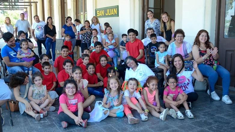 Los chicos coparon la Estación San Martín para disfrutar de un espectáculo de David Gardiol. Fotos: Facundo Quiroga
