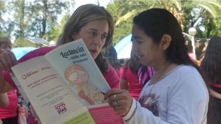 Las mujeres que buscaban información sobre prevención del cáncer se acercaban a la carpa de Salud Pública. Foto: Facundo Quiroga
