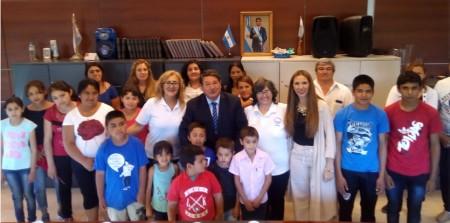 Alumnos de la Escuela de la Patria desayunaron con el ministro De Los Ríos