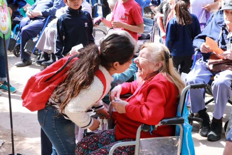 Residencia Eva Duarte: 600 alumnos participaron de un encuentro intergeneracional