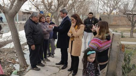 Uñac visitó a vecinos afectados por una obra cloacal