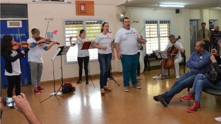"""Sala de espera del hospital de Caucete a pleno con los protagonistas de """"Música para el Alma"""". Fotos: Facundo Quiroga"""