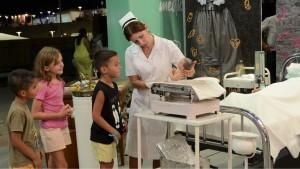 Enfermeras con trajes del siglo pasado, reciben y explican a los visitantes la historia de la Salud Pública. Fotos: Facundo Quiroga