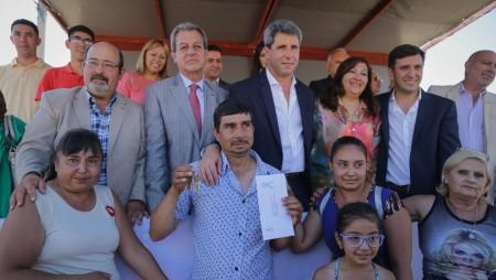 Uñac entregó las llaves a 48 familias que cumplieron el sueño de la casa propia