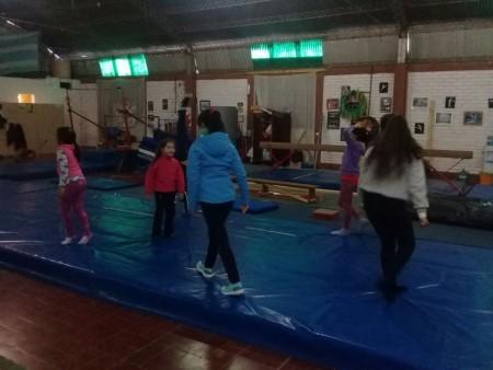 Gimnasia deportiva, una alternativa para los chicos de la Unión Vecinal Richet Zapata