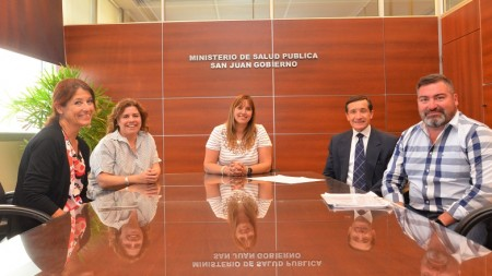 Autoridades de Salud Pública y Defensoría del Pueblo, tras la firma del convenio. (Imagen Facundo Quiroga)