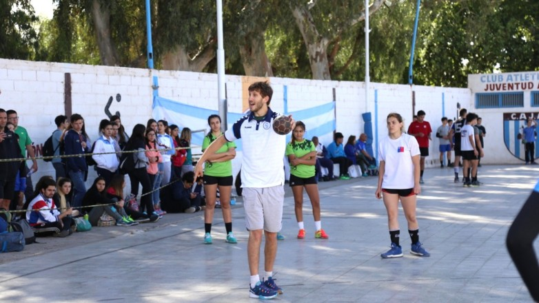 Jugadores de la Selección Argentina de Handball, con juveniles de la provincia