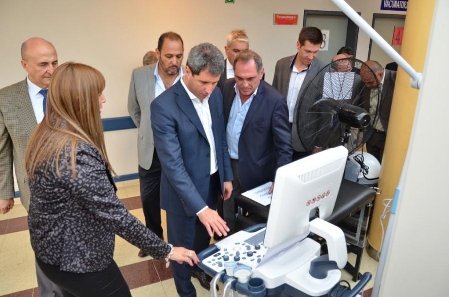 Uñac prometió un nuevo microhospital para Los Berros y entregó equipos en el Ventura LLoveras