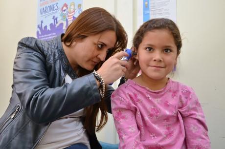 La Dra. Adriana Romero realiza los controles a una alumna que concurre a la escuela Vice Comodoro Marambio