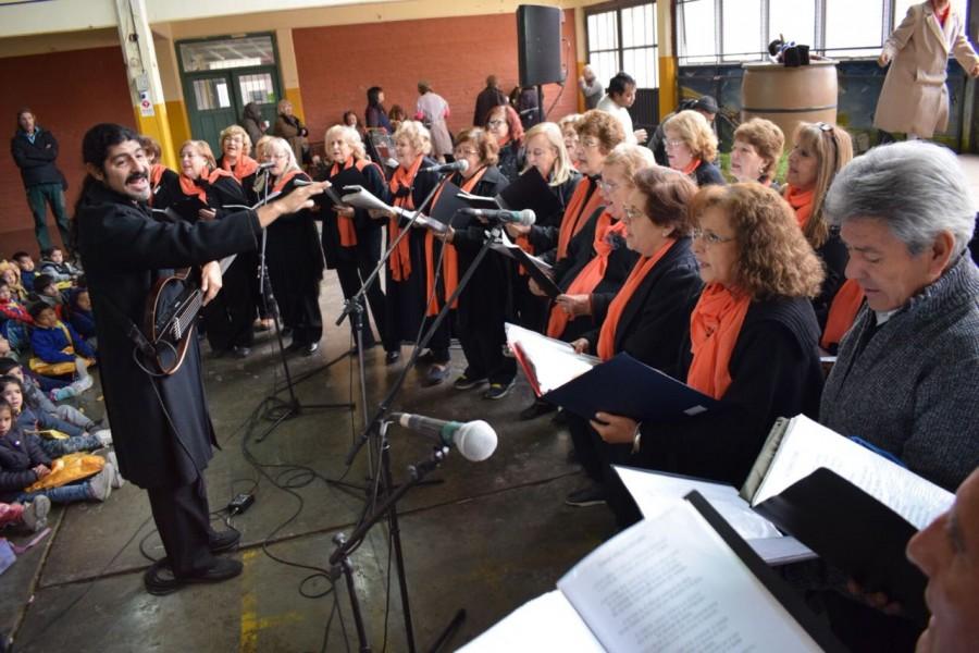 Adultos mayores cantaron y actuaron para los niños de Rivadavia y Pocito