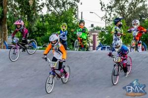 Niños disputando una carrera en el renovado Club Bicicross San Juan.