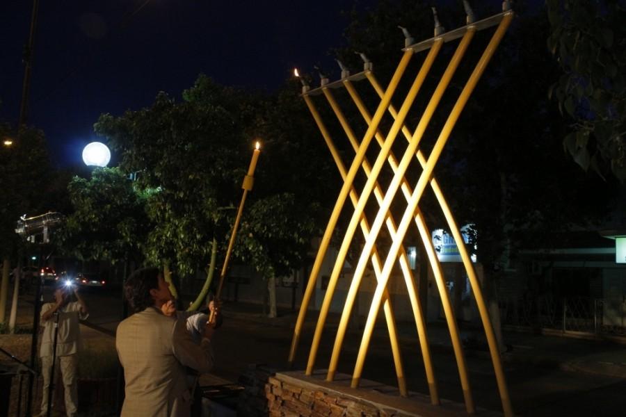 El Dr. Emilio Baistrocchi encendió velas de Jánuca.