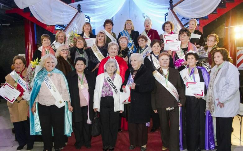Se presentan las candidatas a reina del Adulto Mayor en una tarde de té